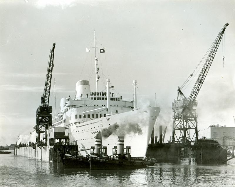Dockyard IX en Dockyard VIII slepen een passagiersschip