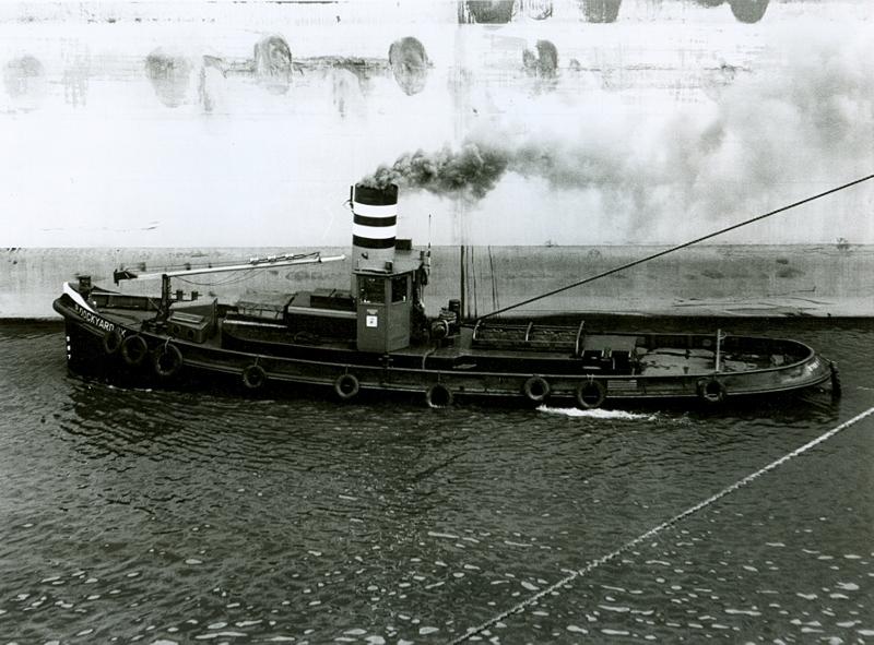 Dockyard IX slepend in het dok