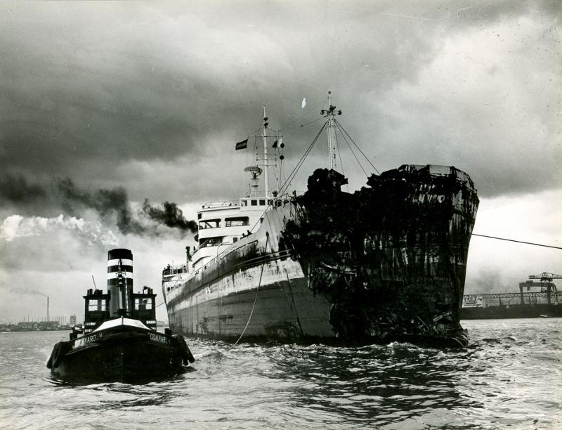 Dockyard V sleept een schip voor reparatie
